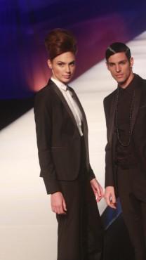 הדוגמנית גל גדות בתצוגת אופנה לרשת בגדית ישראלית (צילום: רוני שיצר)