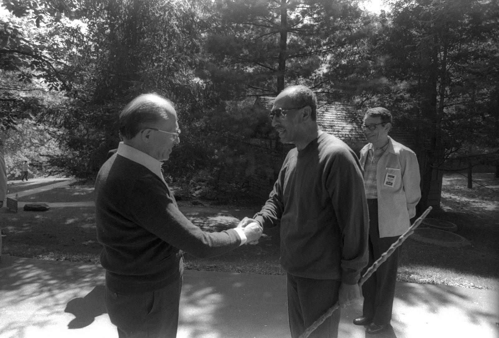 """בגין וסאדאת בתצלום שהסעיר את רוחו של נשיא ארצות-הברית ג'ימי קרטר. קמפ-דייוויד, 6.9.78 (צילום: משה מילנר, לע""""מ)"""
