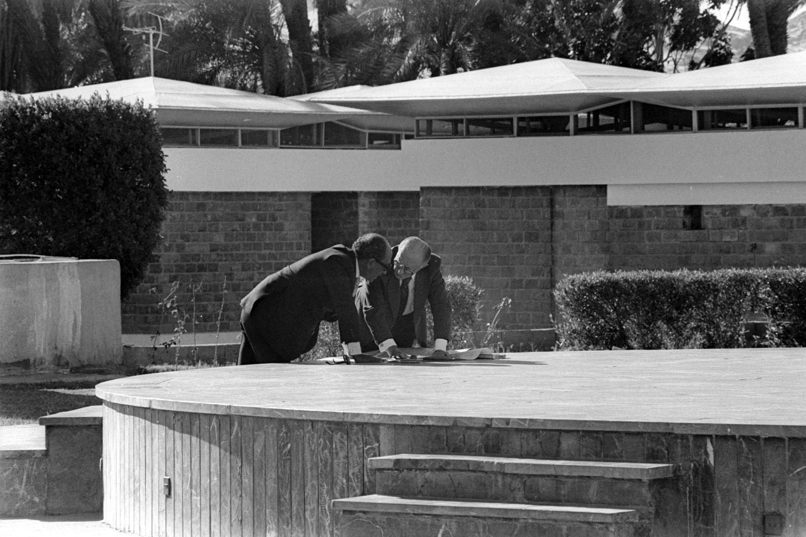 """בגין וסאדאת בוחנים מפות. אסואן, 8.1.80 (צילום: משה מילנר, לע""""מ)"""