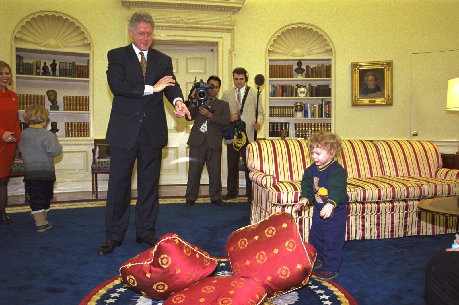 """נשיא ארצות-הברית ביל קלינטון משתעשע עם בניו של ראש הממשלה הישראלי נתניהו. הבית-הלבן, 14.2.97 (צילום: משה מילנר, לע""""מ)"""