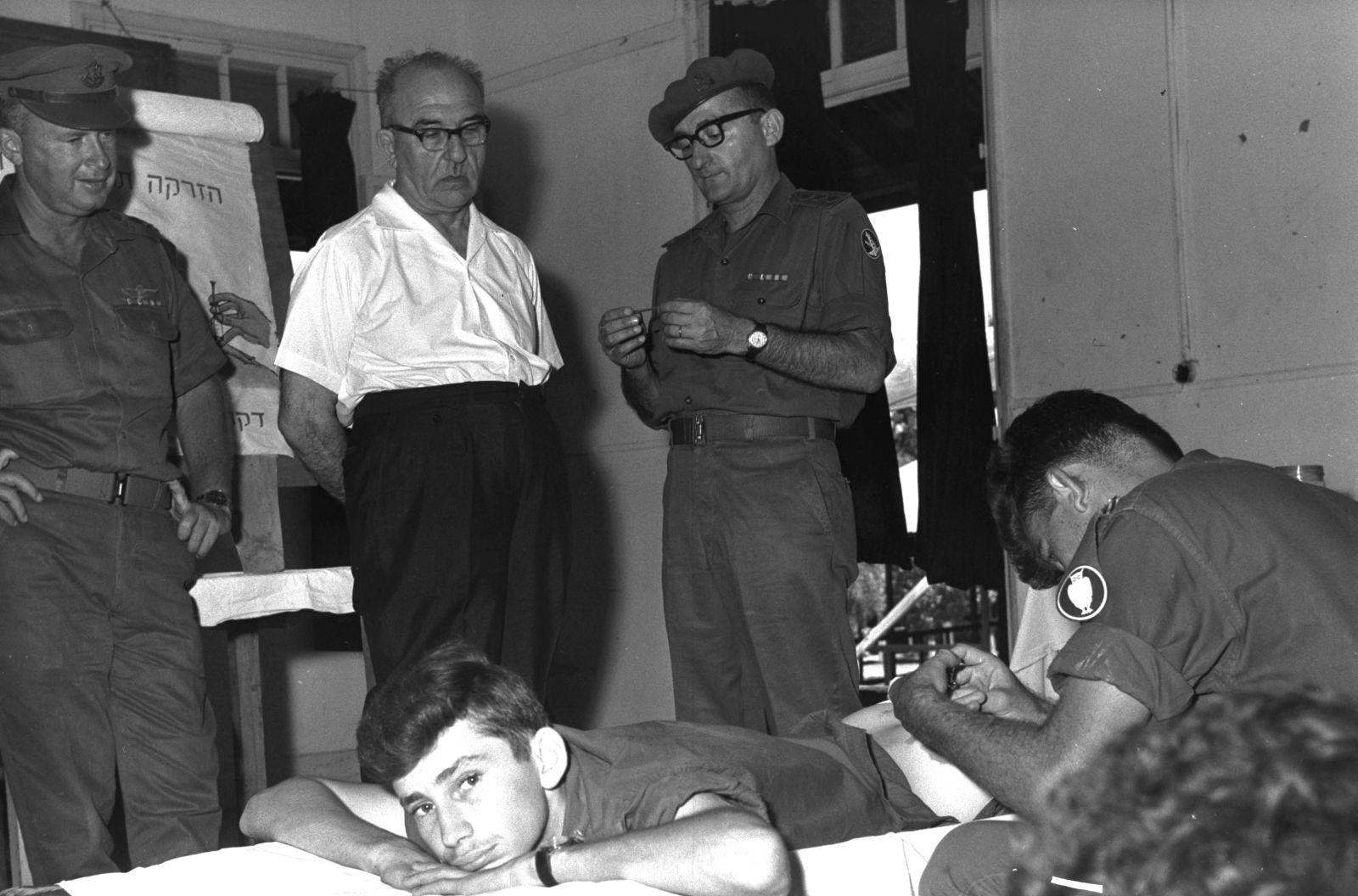 """ראש הממשלה אשכול והרמטכ""""ל רבין משגיחים על חייל מתחסן, 9.9.65 (צילום: משה מילנר, דובר צה""""ל)"""