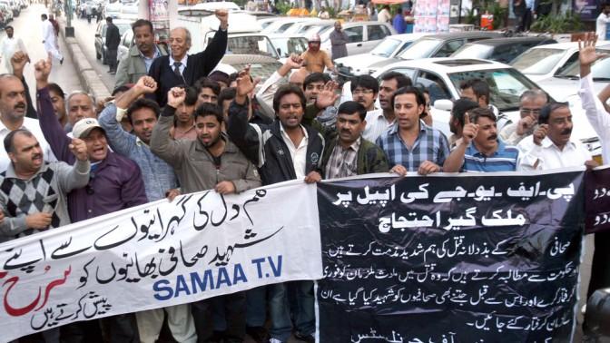 חברים בארגון העיתונאים בקראצ'י, פקיסטן, מוחים על רצח עיתונאים בפיצוץ, 11.1.2013