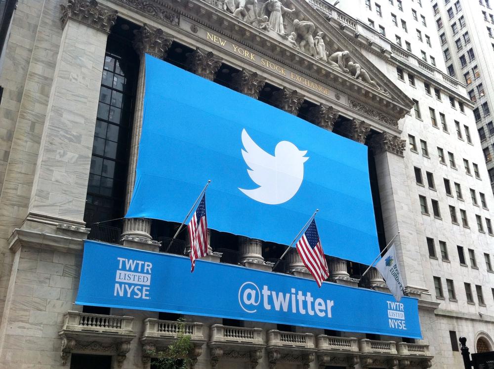 לוגו הרשת החברתית טוויטר על בניין הבורסה בניו-יורק, 7.11.13 (צילום: Anthony Correia / Shutterstock.com)
