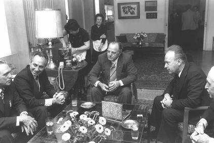 """ראש ממשלת דרום-אפריקה ג'ון פורסטר (במרכז) עם ראש ממשלת ישראל יצחק רבין ושר הביטחון שמעון פרס, 9.4.1976 (צילום: יעקב סער, לע""""מ)"""