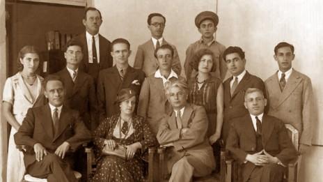 """אנשי מערכת """"דואר היום"""". יושב, שני מימין, איתמר בן-אב""""י. לימינו רעייתו, לאה אבושדיד, ולימינה העיתונאי אורי קיסרי (שנות ה-20, הארכיון הציוני המרכזי בישראל, נחלת הכלל)"""