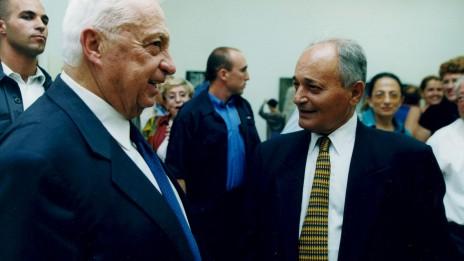 ראש הממשלה אריאל שרון והעיתונאי והדובר אורי דן 2004 (צילום: משה שי)