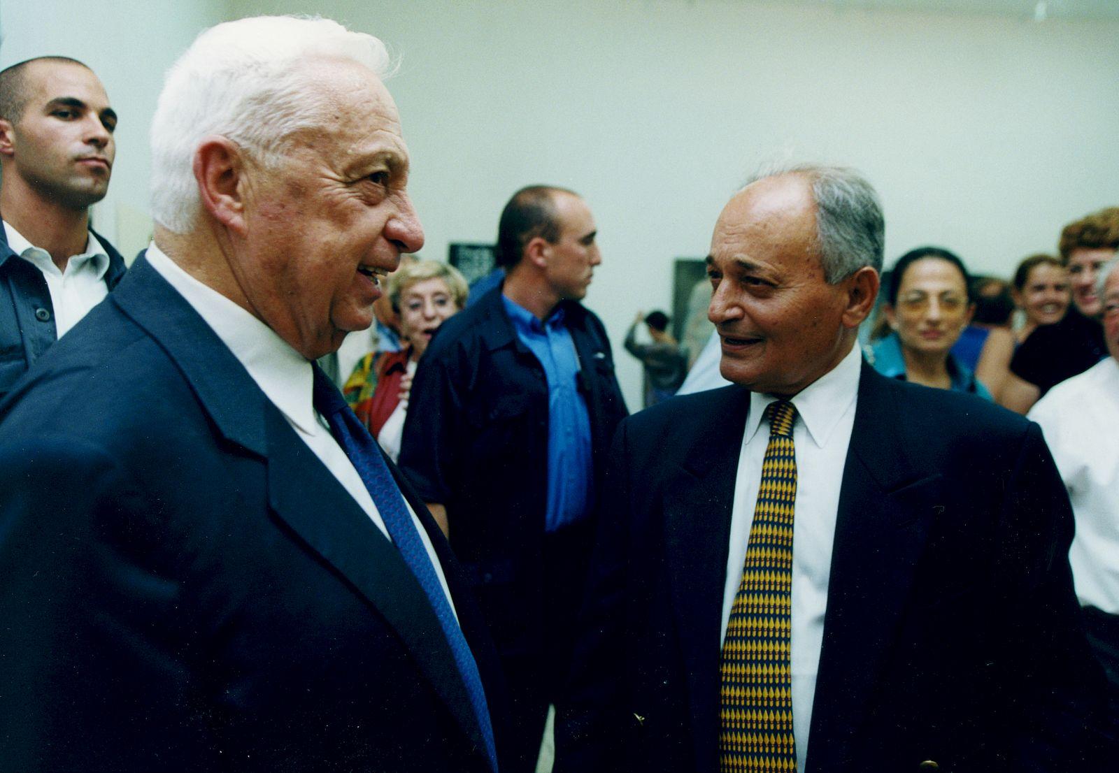 ראש הממשלה אריאל שרון והעיתונאי והדובר אורי דן, 2004 (צילום: משה שי)