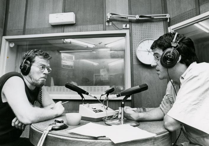 """דובי לנץ (משמאל) ורפי רשף באולפן גלי-צה""""ל, 1989 (צילום: משה שי)"""