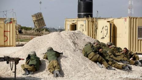 חיילים מסתתרים ומערכת כיפת-ברזל. פאתי רצועת עזה, 19.11.12 (צילום: אדי ישראל)