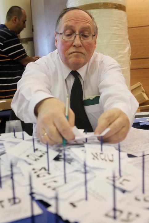 """אליקים רובינשטיין, בתפקידו כיו""""ר ועדת הבחירות, סופר את קולות החיילים כמה ימים לאחר הבחירות הכלליות לכנסת ה-19, 24.1.13 (צילום: מרים אלסטר)"""