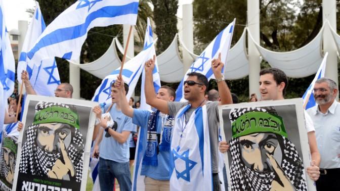 פעילי אם-תרצו מפגינים מול עצרת לרגל יום הנכבה באוניברסיטת תל-אביב, 13.5.13 (צילום: יוסי זליגר)