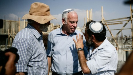 זאב חבר (בכובע) עם שר השיכון אורי אריאל. הגדה המערבית, 13.8.13 (צילום: פלאש 90)