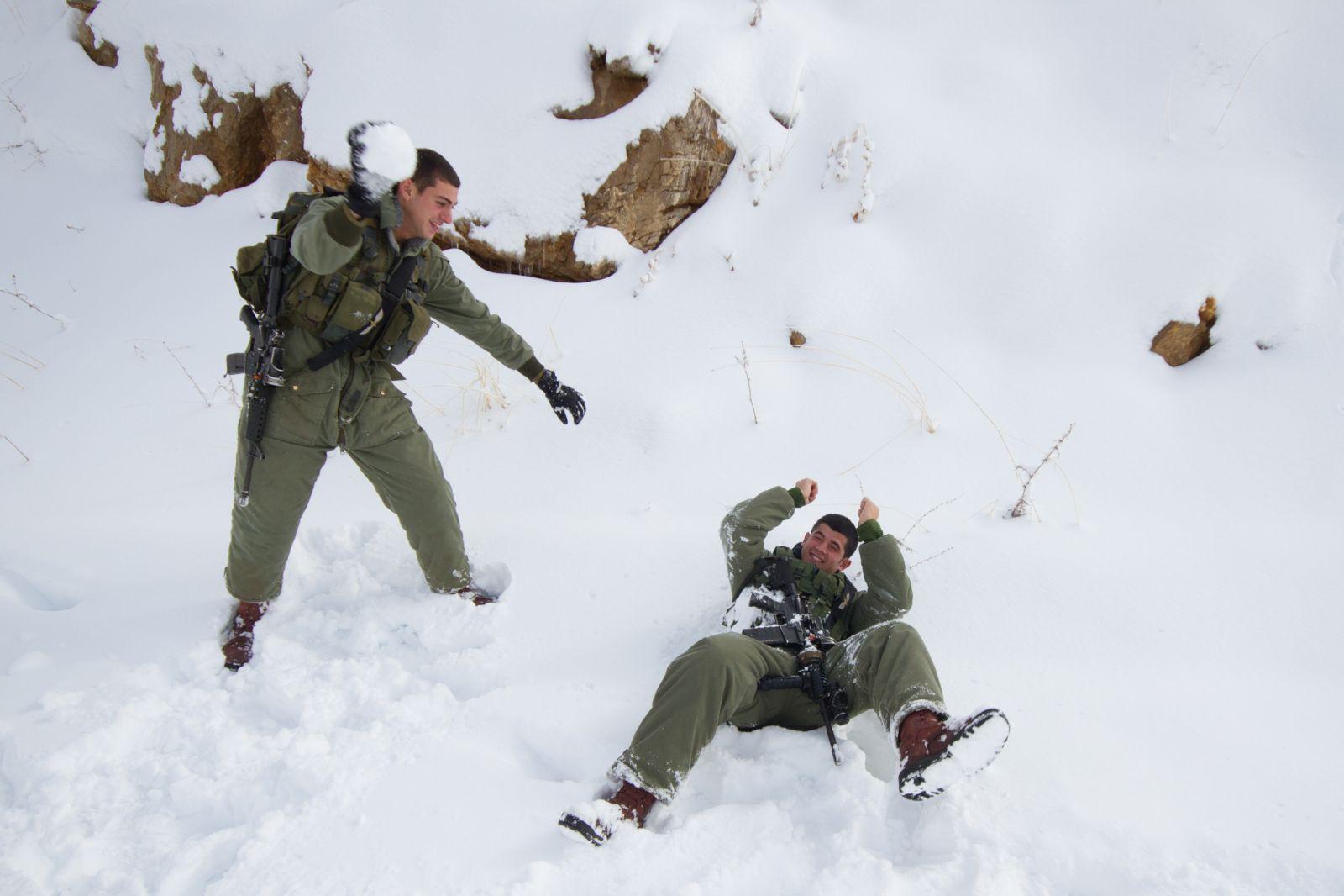 חיילים ישראלים משתעשעים בשלג ברמת-הגולן. 12.12.13 (צילום: פלאש 90)