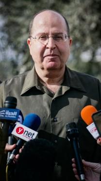 שר הביטחון משה יעלון מתייצב בפני התקשורת, בשבוע שעבר (צילום: פלאש 90)