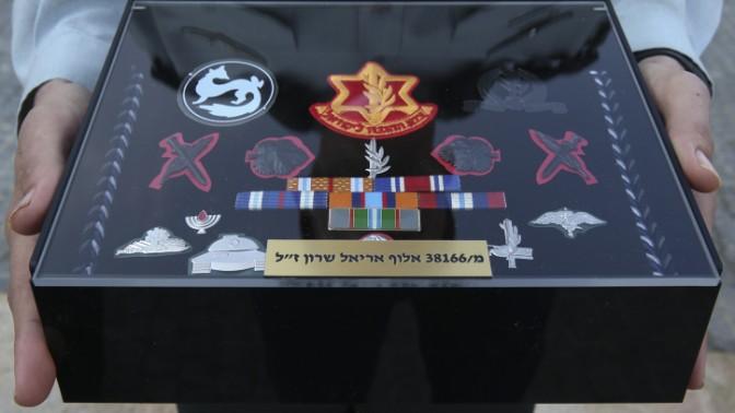 תיבה ובה האותות הצבאיים של ראש הממשלה לשעבר אריאל שרון, כפי שהוצגו בטקס לווייתו, 13.1.14 (צילום: נתי שוחט)