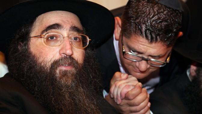 הרב יאשיהו פינטו מחזיק את ידו של חסיד, 6.6.13 (צילום: גדעון מרקוביץ')