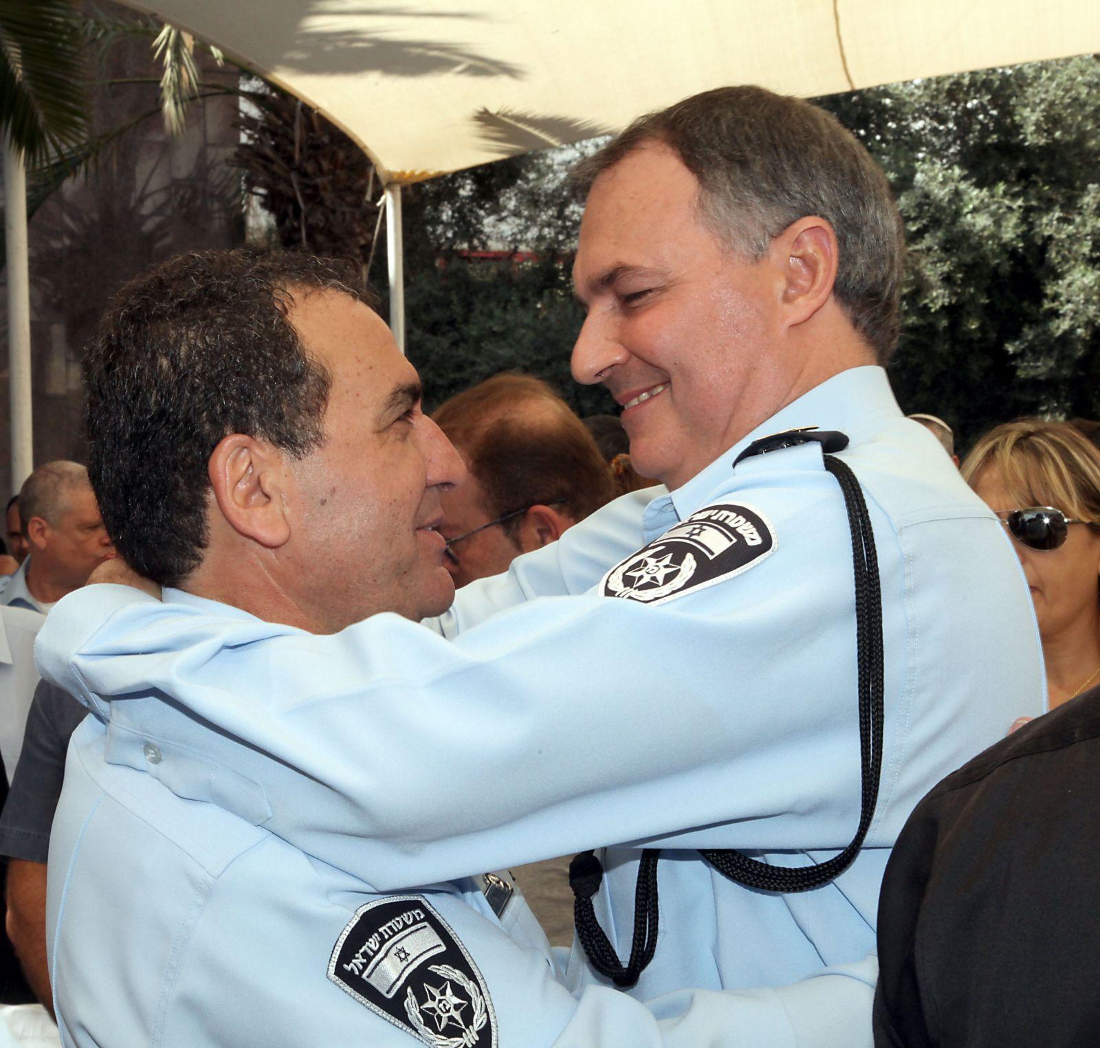 """ניצב מנשה ארביב מתחבק עם המפכ""""ל, רב-ניצב יוחנן דנינו. 16.9.13 (צילום: גדעון מרקוביץ)"""