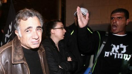 השחקן משה אבגי (משמאל) בהפגנה למען צדק חברתי, אמש בתל-אביב (צילום: תומר נויברג)
