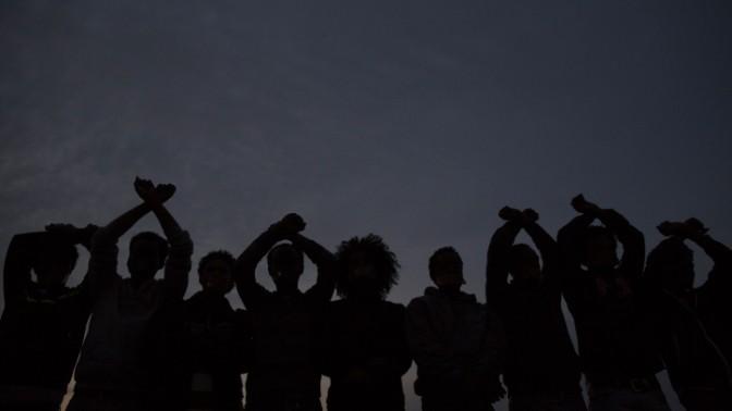"""מבקשי מקלט מפגינים, אמש מול שגרירות ארה""""ב בתל-אביב (צילום: יונתן זינדל)"""