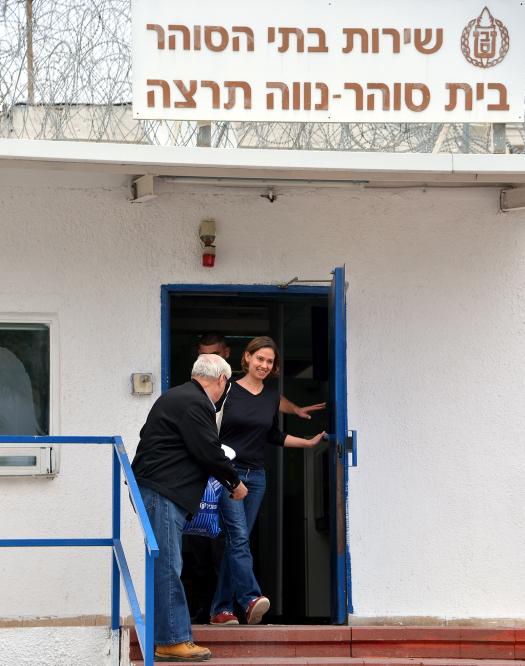ענת קם משתחררת מבית-הכלא, 29.1.14 (צילום: יוסי זליגר)
