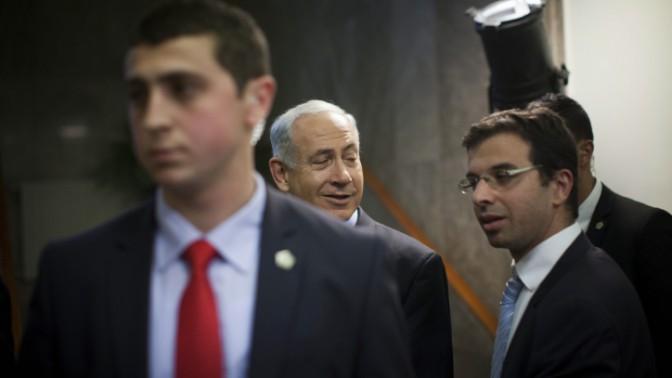 ראש הממשלה בנימין נתניהו. מימין: יועץ התקשורת לירן דן, 28.1.14 (צילום: יונתן זינדל)