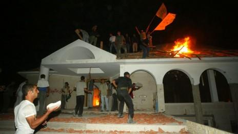 פלסטינים שורפים בית-כנסת לאחר סיום ההתנתקות. נצרים, 12.9.05 (צילום: אחמד חטיב)