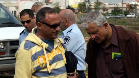 נחום ברנע (מימין) ושמעון שיפר, שדרות, 3.3.08 (צילום: יוסי זמיר)