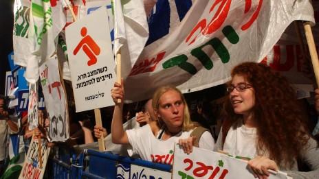 הפגנת תמיכה בתוכנית ההתנתקות. בית ראש הממשלה, 5.6.04 (צילום: שרון פרי)