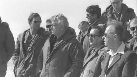 """ראש הממשלה יצחק רבין (מימין) עם יועצו אריאל שרון (במרכז). ביניהם: המזכיר הצבאי אפרים פורן. סיני, 27.1.1976 (צילום: משה מילנר, לע""""מ)"""