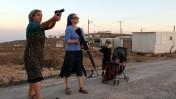 נשים מתנסות בשימוש בכלי נשק במאחז פני-קדם שבגדה-המערבית, 21.9.11 (צילום: נתי שוחט)
