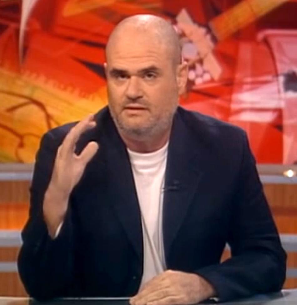 """רוגל אלפר מנחה תוכנית של """"תיק תקשורת"""", 2013 (צילום מסך)"""