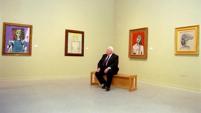 """אריאל שרון, ינואר 2003. רגע מנוחה לראש הממשלה בביקורו בתערוכת פיקאסו במוזיאון תל אביב (צילום: זיו קורן, מקום ראשון בקטגוריית """"דיוקנאות"""" בתערוכת """"עדות מקומית"""" 2003)"""