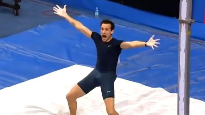 רנו לאבילני לאחר ששבר את שיא העולם בקפיצה למוט, אוקראינה, 15.2.14 (צילום מסך)