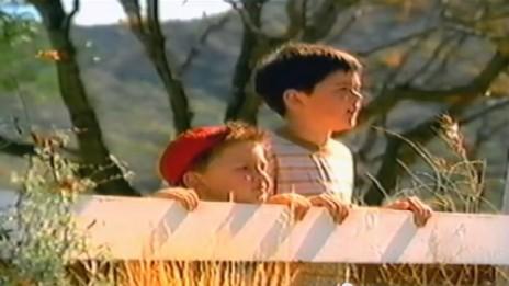 ילדים צופים בדוגמנית, פרסומת למשקה קל, 2002