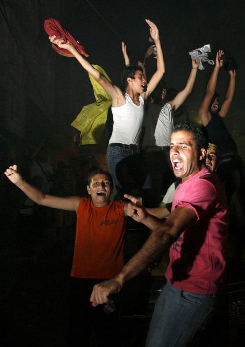 """חוגגים את זכייתו של מחמד עסאף בתוכנית הריאליטי """"עראב איידול"""", חאן-יונס, 22.6.13 (צילום: עבד רחים כתיב)"""