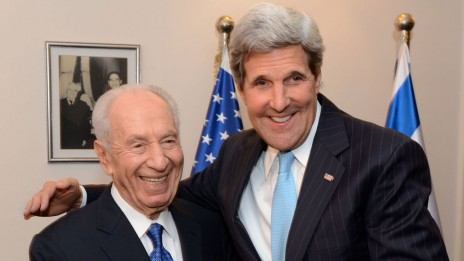 """ג'ון קרי ושמעון פרס, 28.6.13 (צילום: מאט שטרן, שגרירות ארה""""ב)"""