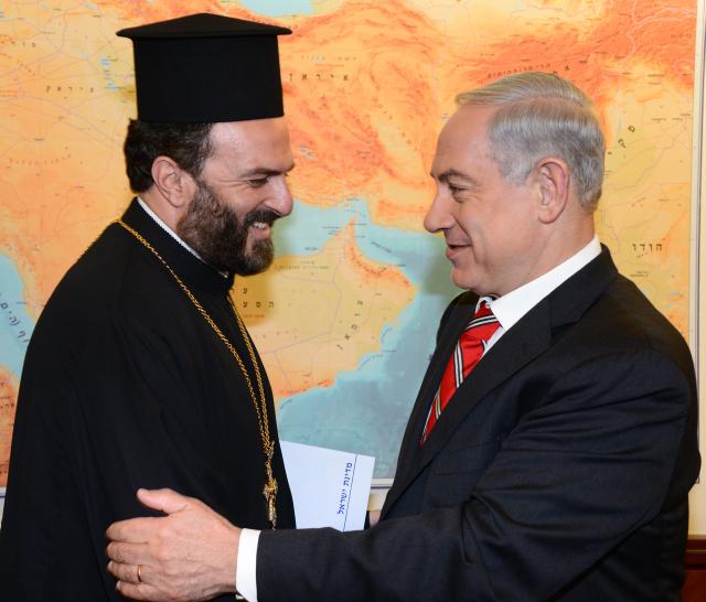 """ראש הממשלה בנימין נתניהו והכומר גבריאל נדאף, ירושלים, 5.8.13 (צילום: משה מילנר, לע""""מ)"""