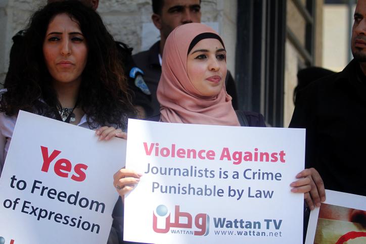 עיתונאים פלסטינים מפגינים מול משרד הפנים הפלסטיני ברמאללה במחאה על אלימות משטרתית כלפי עיתונאים, 25.8.13 (צילום: עיסאם רימאווי)