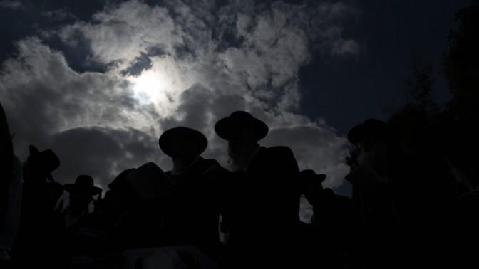 """חרדים מתפללים נגד """"חוק הגיוס"""" החדש על קברו של הרב עובדיה יוסף בירושלים, 27.2.14 (צילום: יונתן זינדל)"""