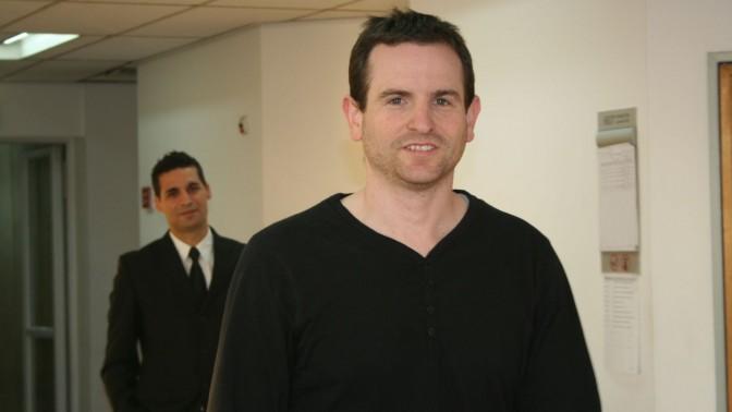 """מנכ""""ל one גיל מנקין ועורך דינו שי אליאס. 5.2.14 (צילום: """"העין השביעית"""")"""