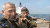 """מפקד חיל הים האלוף רם רוטנברג מצטלם לדובר צה""""ל כשהוא מודיע על תפיסת אוניית נשק איראני, 5.3.14 (צילום מסך)"""