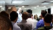 """מו""""ל """"מעריב"""" שלמה בן-צבי בכינוס של העובדים במערכת העיתון לאחר שנודע כי הוא מתכוון לצאת למהלך קיצוצים נרחב, 5.3.14 (צילום: """"העין השביעית"""")"""