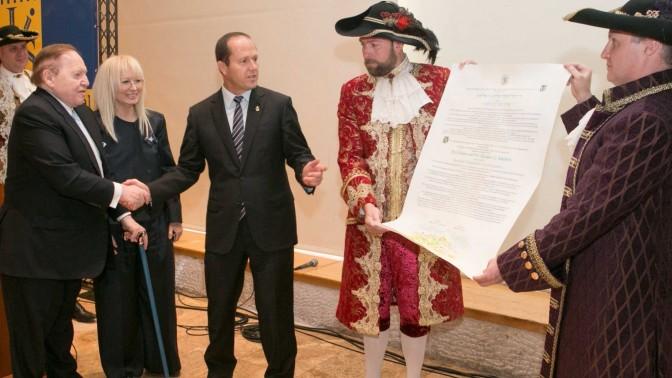שלדון אדלסון מקבל פרס מראש עיריית ירושלים ניר ברקת על תרומתו לתיירות העולמית, 28.5.13 (צילום: מיכל פתאל)