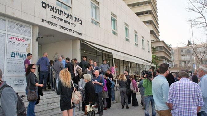 עיתונאים מגיעים לכנס למען הרדיו הציבור, בית סוקולוב בתל-אביב, 4.3.14 (צילום: אורן פרסיקו)