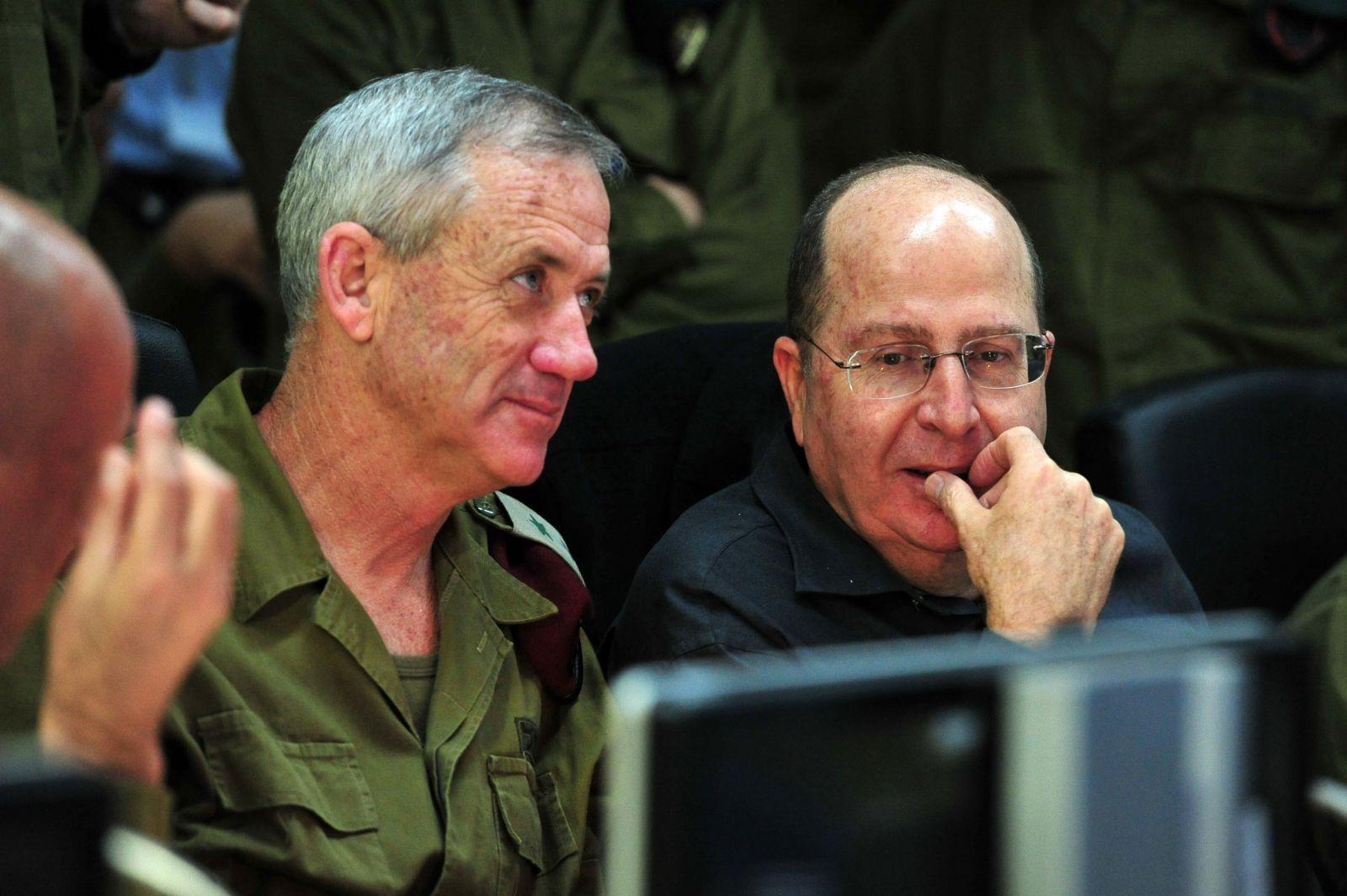 """שר הביטחון משה יעלון והרמטכ""""ל בני גנץ עוקבים אחר ההשתלטות על אוניית הנשק קלוז-סי (צילום: אריאל חרמוני, משרד הביטחון)"""