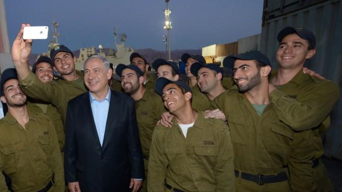 """ראש הממשלה בנימין נתניהו בצילום עצמי עם חיילים. נמל אילת, 10.3.14 (צילום: חיים זך, לע""""מ)"""