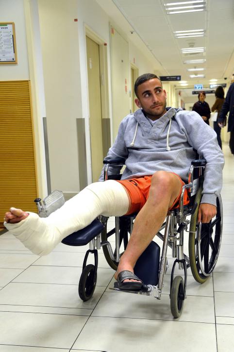 שחקן בני-יהודה רפי דהן עוזב את בית-החולים אסותא לאחר שנפצע בעטיו של שחקן מכבי חיפה רובן ראיוס, 10.3.14 (צילום: יוסי זליגר)