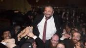 ראש עיריית בית-שמש הנבחר משה אבוטבול נישא על כתפי תומכיו, 12.3.14 (צילום: יונתן זינדל)
