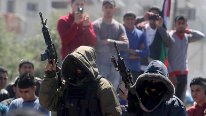 חמושים רעולי פנים, בלוויית פלסטינים בג'נין, 22.3.14 (צילום: עיסאם רימאווי)