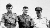 """מימין: משה דיין, אריאל שרון ומאיר הר-ציון, לאחר פעולת תגמול ב-1955 (צילום: לע""""מ)"""